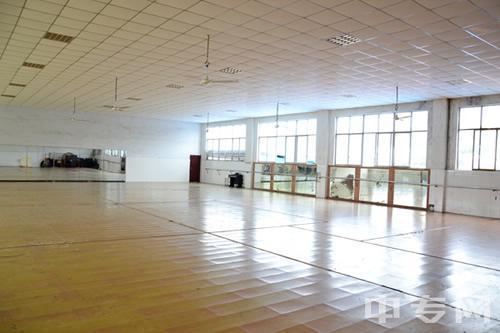 重庆光华女子职业中等专业学校形体房