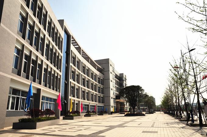 南充技师学院-教学楼一侧